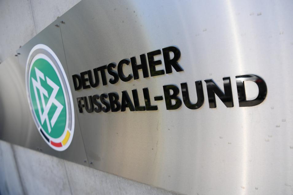 Den Machtkampf um den Wiederbeginn der 3. Liga hat der Deutsche Fußball-Bund verloren - auch, weil es diesmal von der Politik nicht die erhoffte Unterstützung gab.
