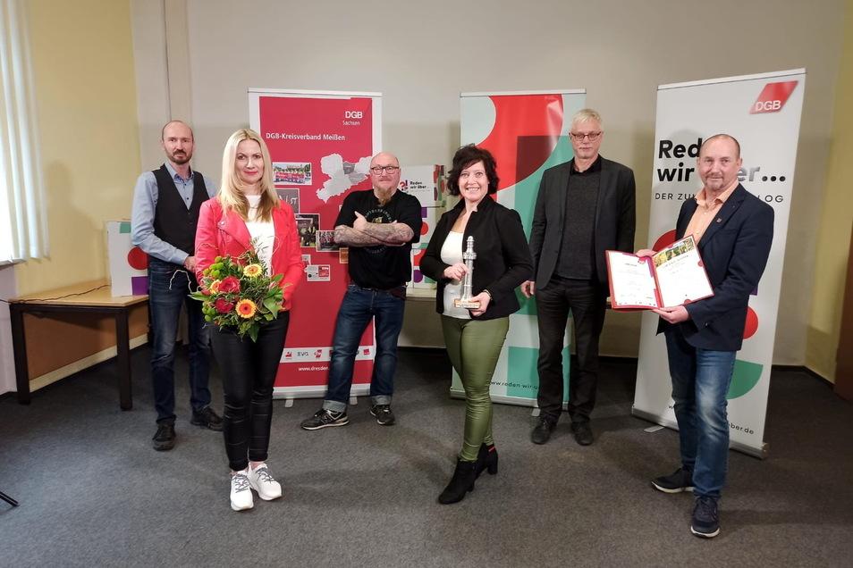 Die Betriebsräte Frank Meyer (ganz rechts), Markus Schlimbach (DGB), Anke Kühne (2.v.r.), Jirka Tartsch (3.v.r.) und Anja Reisky (2.v.l.) bekamen jetzt von Vertretern des Gewerkschaftsbundes DGB einen Preis verliehen.