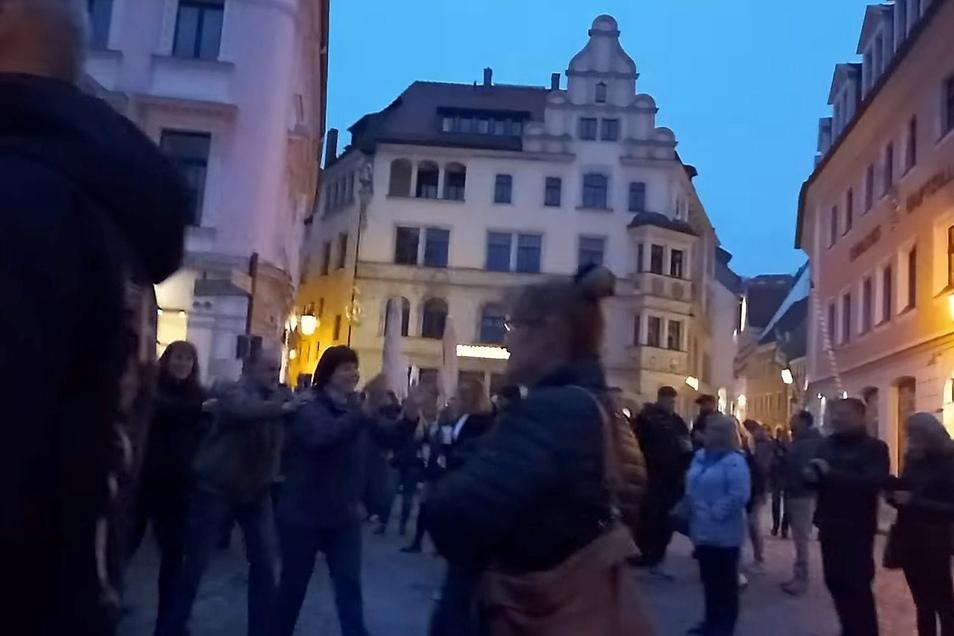 In den sozialen Medien wird bundesweit über diese Bilder gestritten: Eine Feier auf dem Heinrichsplatz gipfelt in einer Polonaise.