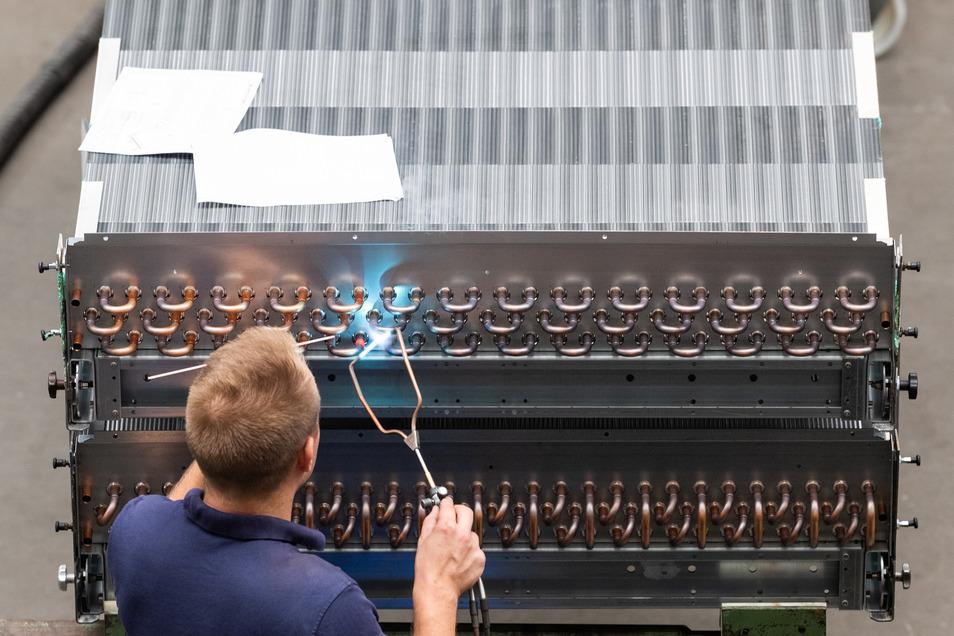 Ein Mitarbeiter der sächsischen Thermofin GmbH lötet bei der Montage an einem Wärmetauscher.