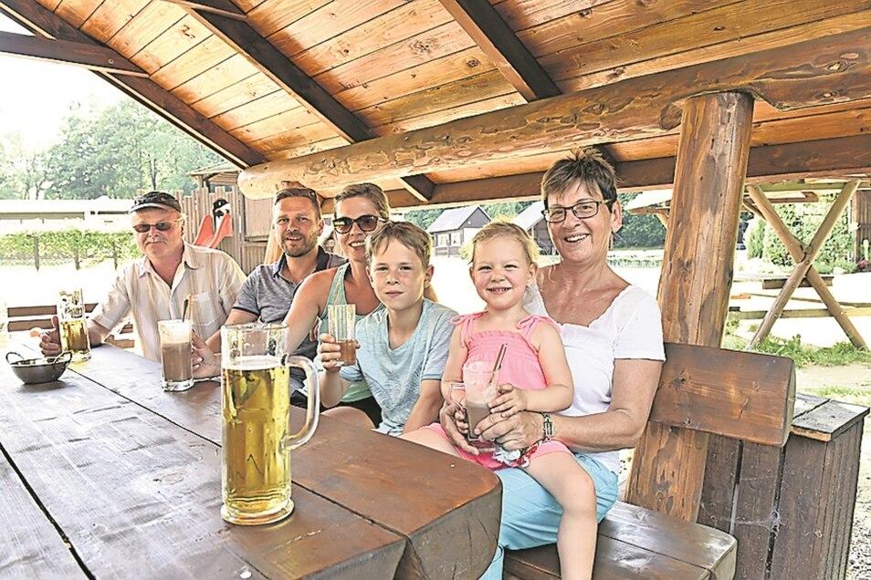 Familie Gössel im Wildpark Osterzgebirge. Eine Abkühlung tut gut.