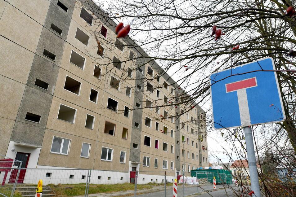 Der Block an der Oswald-Schmidt-Straße in Ebersbach wird entkernt und für den Abbruch vorbereitet.
