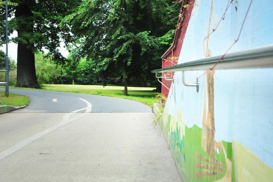 Der Berliner Tunnel wird vom 20. Juli bis 14. August neu gestaltet, und immer freitags findet am Abend auf der Hillerwiese der Kultur-Sommer statt, bei dem man sich vom Graffiti-Fortgang überzeugen kann.