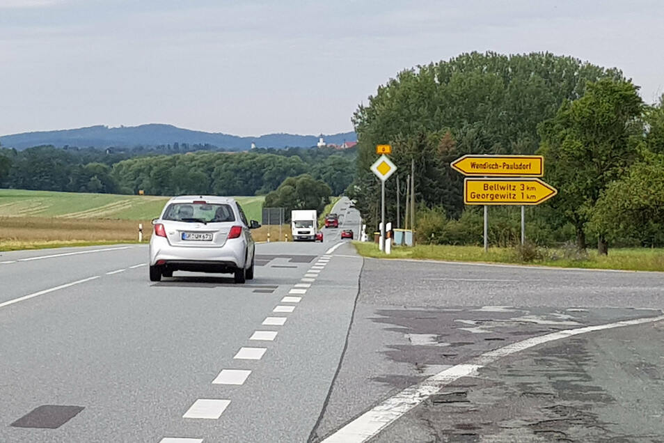 An der B6 zwischen Rosenhain und Löbau und auch in Richtung Reichenbach gibt es keinen Rad- oder Fußweg.