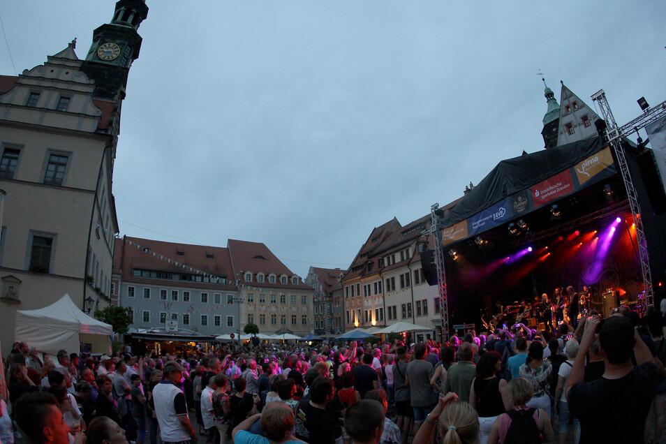 Rock-Fans feierten auf dem Markt mit Helter Skelter, die ein Konzert geben. Die Band gewann die Facebook-Abstimmung für den Hauptact beim Stadtfest-Abend.