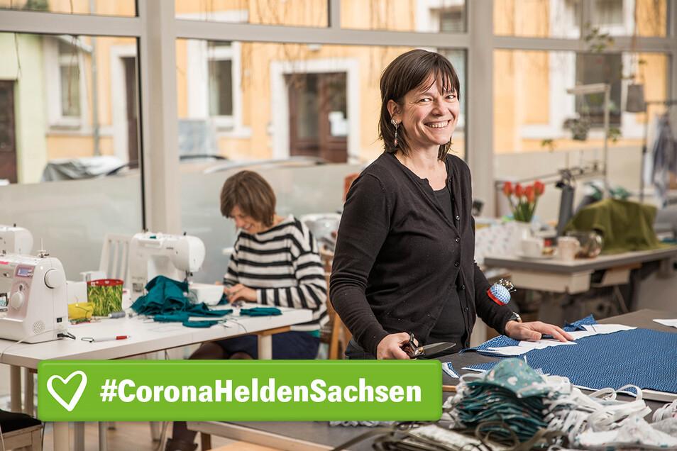 Silke Großmann (r.) näht im Malu Nähcafé Gesichtsmasken mit ihren Kolleginnen.