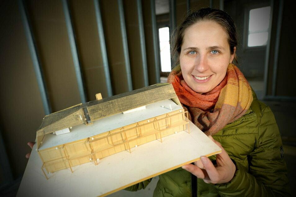 Anna Starke mit dem Modell des neuen Ferienresorts, das am Fuß des Bieleboh entsteht.