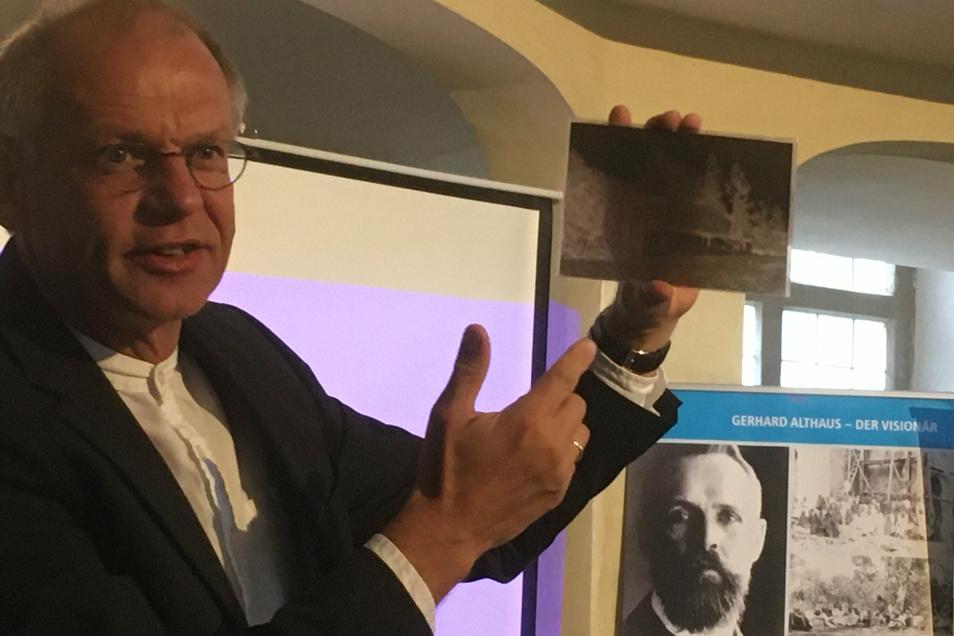 Pfarrer Andreas Kecke mit einer Fotoplatte des Missionars Emil Müller bei der Ausstellungseröffnung in der Großenhainer Marienkirche.