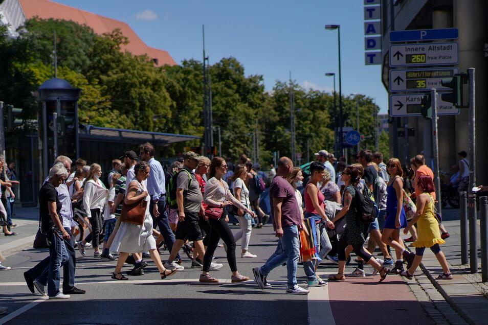 Die Prager Straße in Dresden ist wieder voll - trotz Maskenpflicht. Einige Händler haben den Lockdown jedoch nicht geschafft. Der Online-Handel erzeugt zusätzlichen Druck.