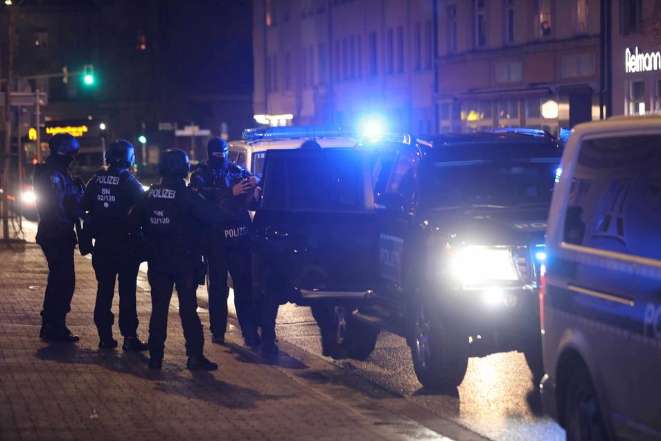 """Beim Polizeieinsatz am Dienstagabend in Freital fuhr auch die Sondereinheit """"Lebensbedrohliche Einsatzlagen"""" vor."""