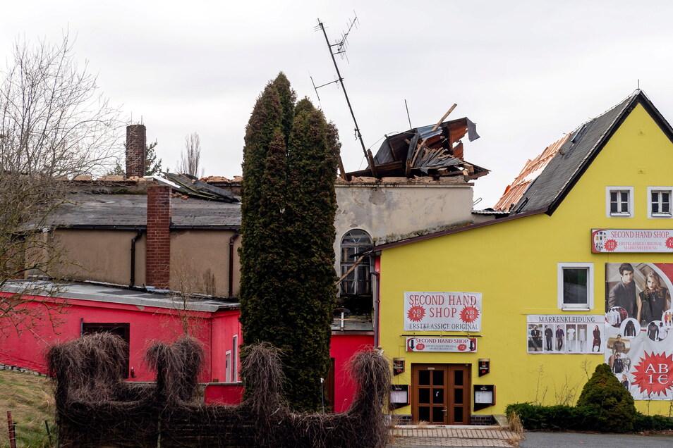 Leuchtende Fassaden und bunte Werbeschilder können nicht über den Eindruck hinwegtäuschen, dass es um die Zukunft des historischen Gasthofs in Rascha nicht gut bestellt ist. Am 30. Januar 2020 war hier das Dach eingestürzt.