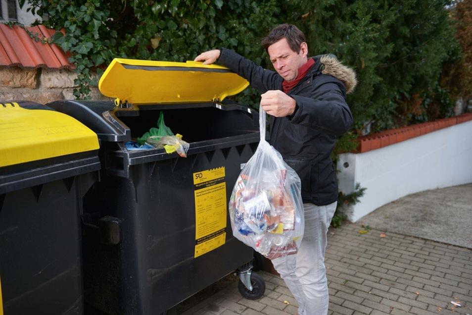 Der letzte Müll-Beutel verschwindet im Container.