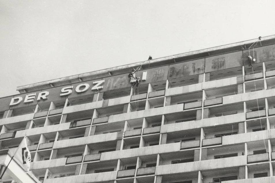 """Lange war an dem Gebäude die Leuchtreklame """"Der Sozialismus siegt"""" angebracht - im Mai 1987 wurde sie abmontiert."""