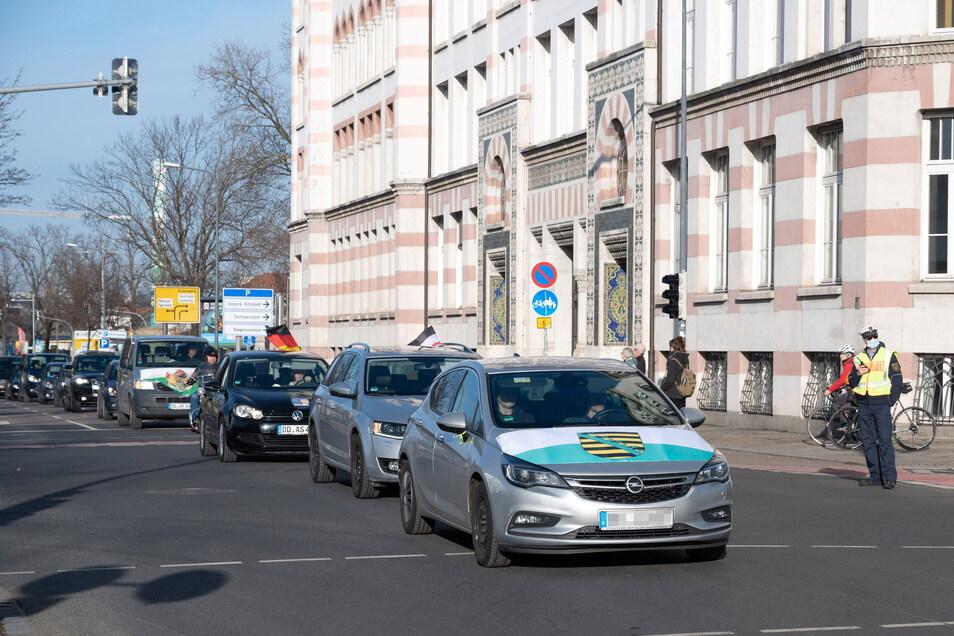 """Querdenken""- Autokorso an der Dresdner Yenidze."