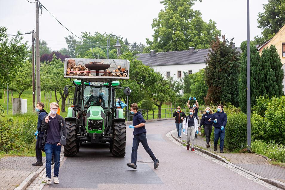 Der Traktor mit Grillgut rollte vom Oberdorf ins Unterdorf.