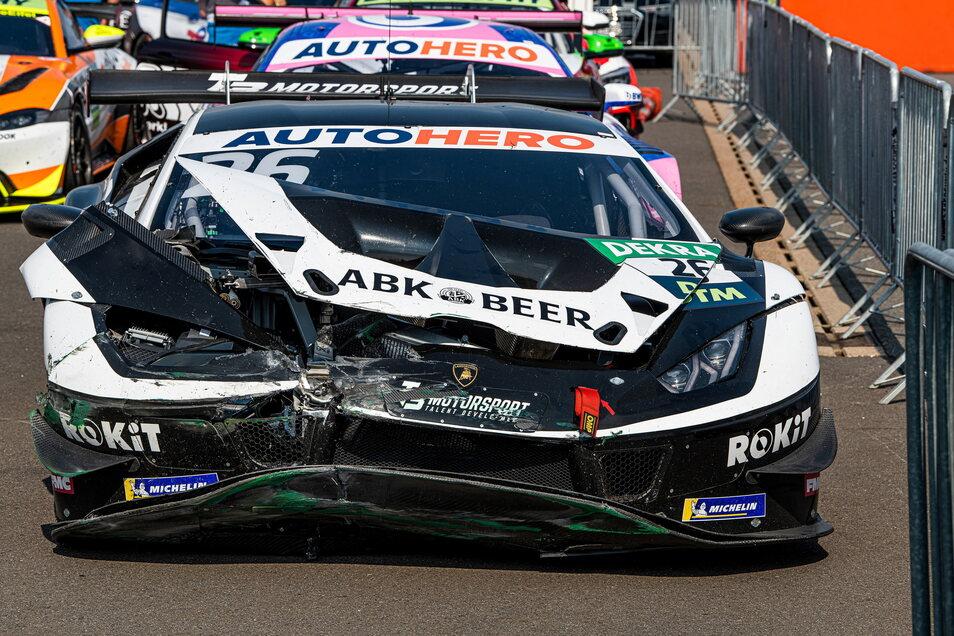 Der Lamborghini von Esmee Hawkey ist nach dem Einschlag in der Mauer demoliert, eine Reparatur über Nacht unmöglich.