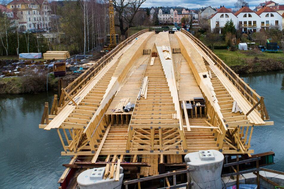 Im März wurde die Schalung der Brücke Schillerstraße gebaut. Sie ähnelte in diesem Stadium eher einem Holzschiff.