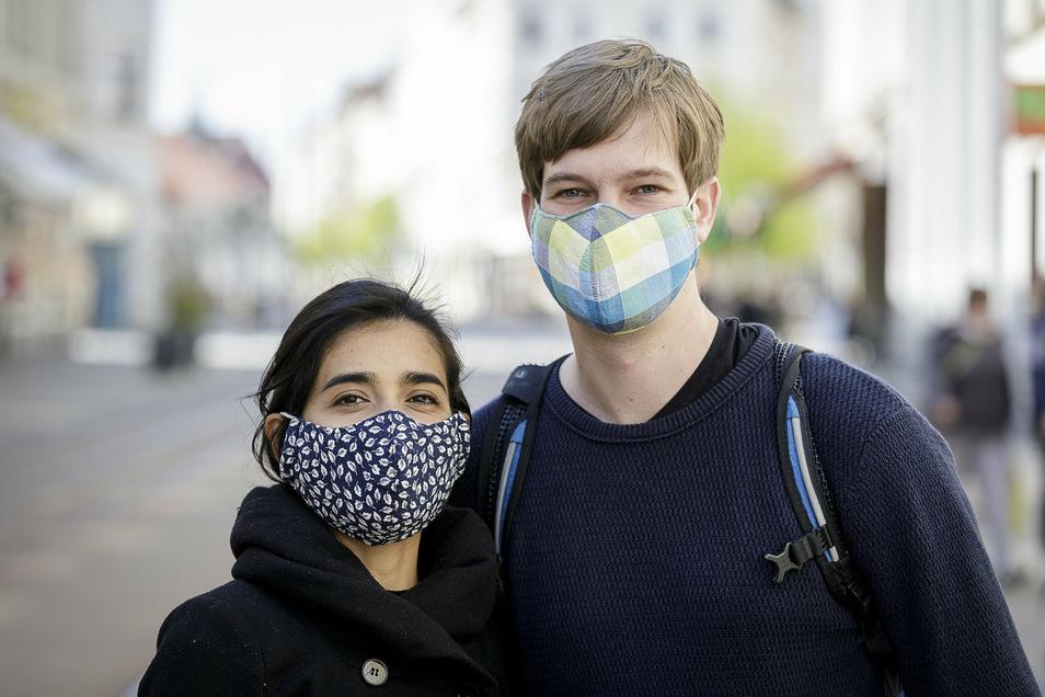 Georg und Milena aus Görlitz hatten ihre Masken schon länger im Schrank. Bei einem Urlaub in Vietnam bewegten sie sich mit Moped und Motorrad fort. In Vietnam trägt fast jeder Fahrer eine Maske, als Schutz vor den Abgasen im Straßenverkehr.
