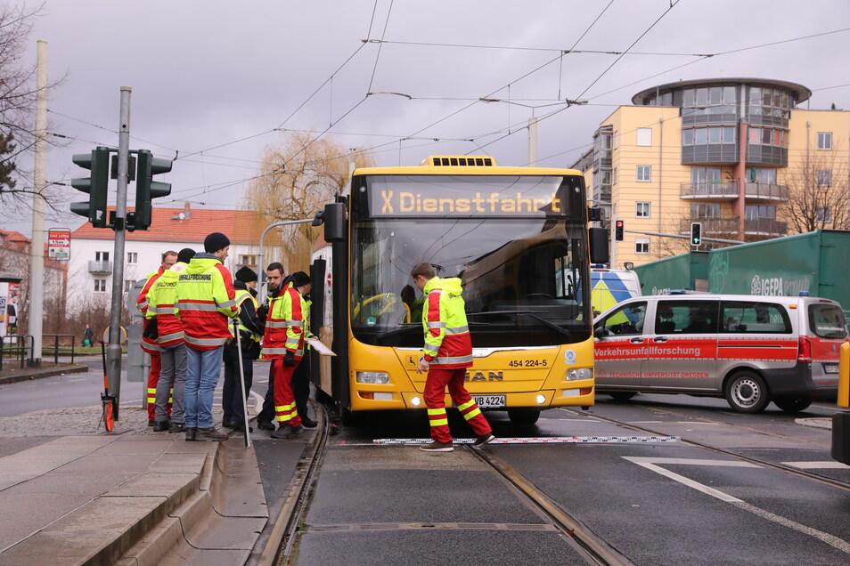 Gegen 10 Uhr wurde am Dienstagvormittag eine Fußgängerin von einem Bus in Dresden erfasst.
