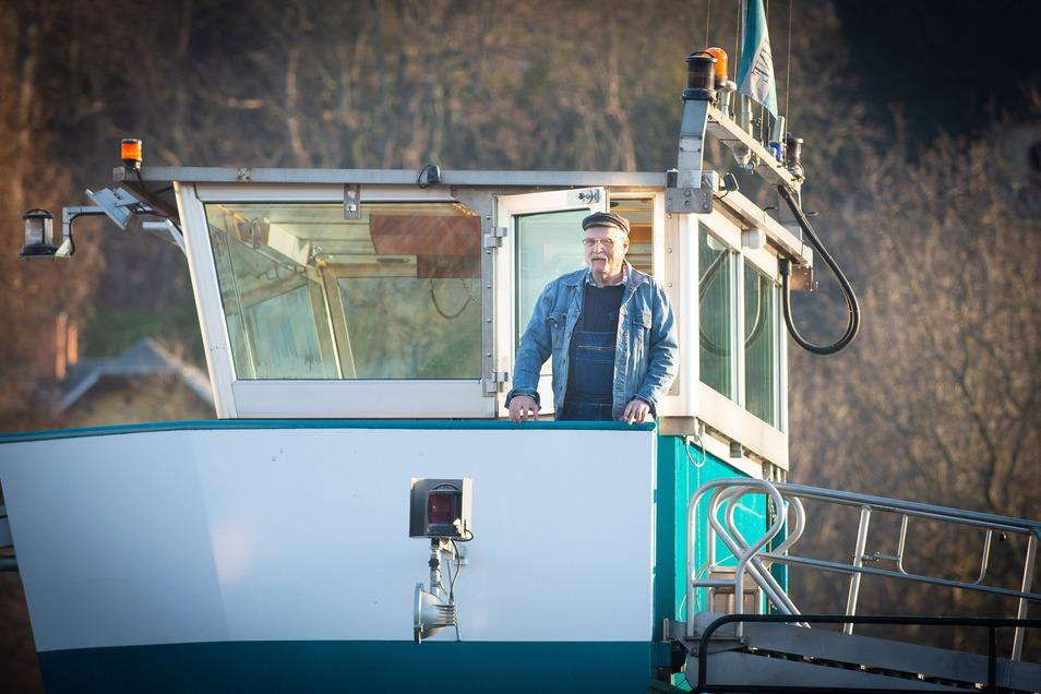 Schiffsführer Hans-Jürgen Wolf morgens auf dem Steuerhaus der Edda. Kurz danach legt der Schiffstransport mit dem Tanker ab.