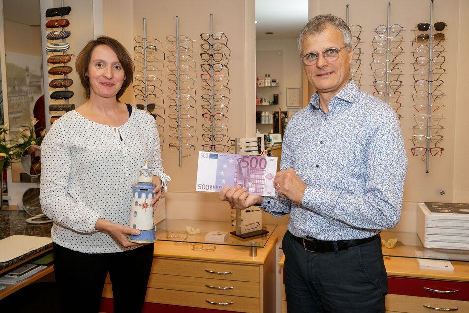 Eine Spende von 500 Euro hat Optiker Michael Plüschke jetzt an Katharina Kucharek vom Verein ChamäleonKultTour übergeben.