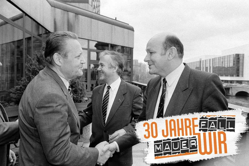 Treffen im Palasthotel zwischen Vertretern aus Ost- und West-Berlin. Günter Schabowski (l.) und Walter Momper (r.), Im Hintergrund Manfred Stolpe.