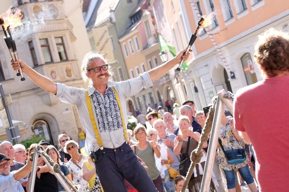 """Mit feurigen Darbietungen und witzigen Bemerkungen begeisterte der aus Großbritannien stammende Straßenkünstler Andy Snatch das Publikum wie hier am Heinrichsplatz an den verschiedenen Spielorten beim """"Gassenzauber"""" am Wochenende in Meißen."""