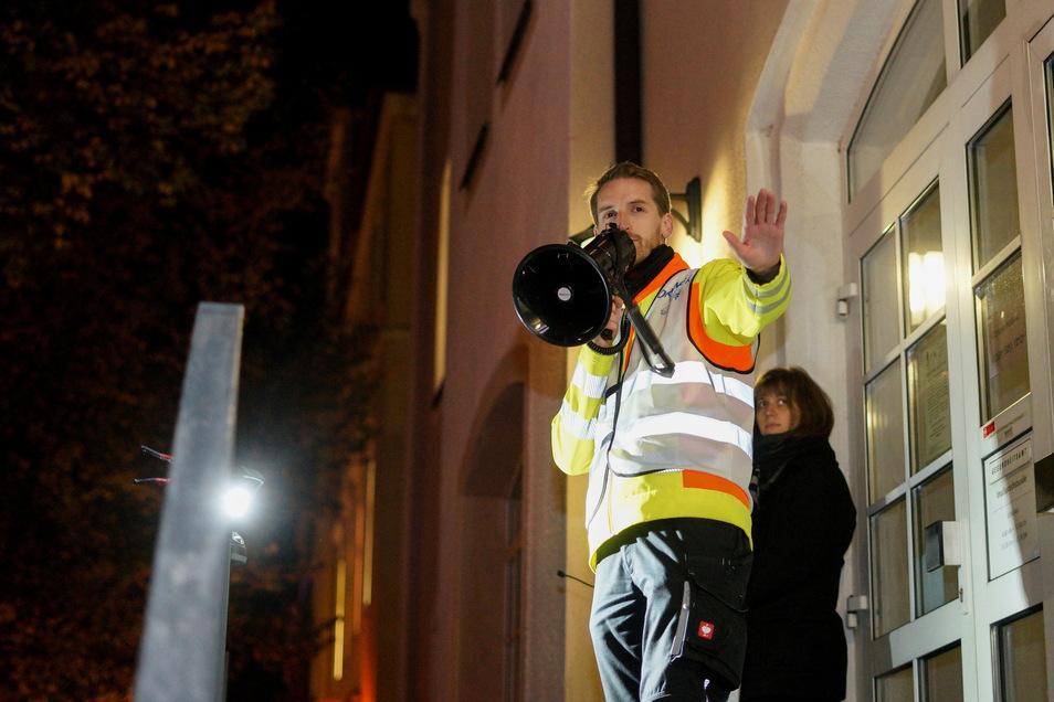 """Marcus Fuchs Anfang November bei einer Demo der Initiative """"Eltern stehen auf"""" vor dem Gesundheitsamt in Bautzen. Gefordert wurde unter anderem die Abschaffung der allgemeinen Maskenpflicht."""