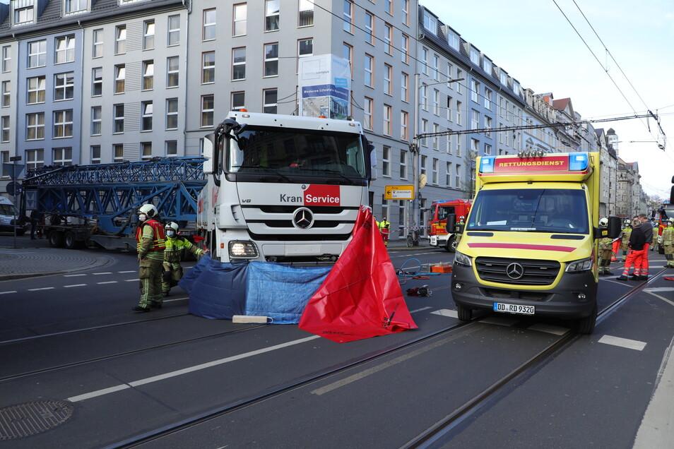 Der Lkw erfasste die Radfahrerin, die laut der Polizei stadtauswärts unterwegs war.
