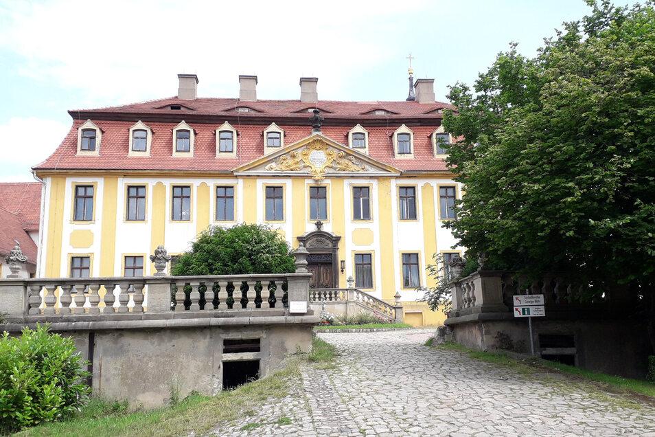 Schloss Seußlitz ist für das Elbweindorf Wahrzeichen und touristischer Anziehungsort zugleich.