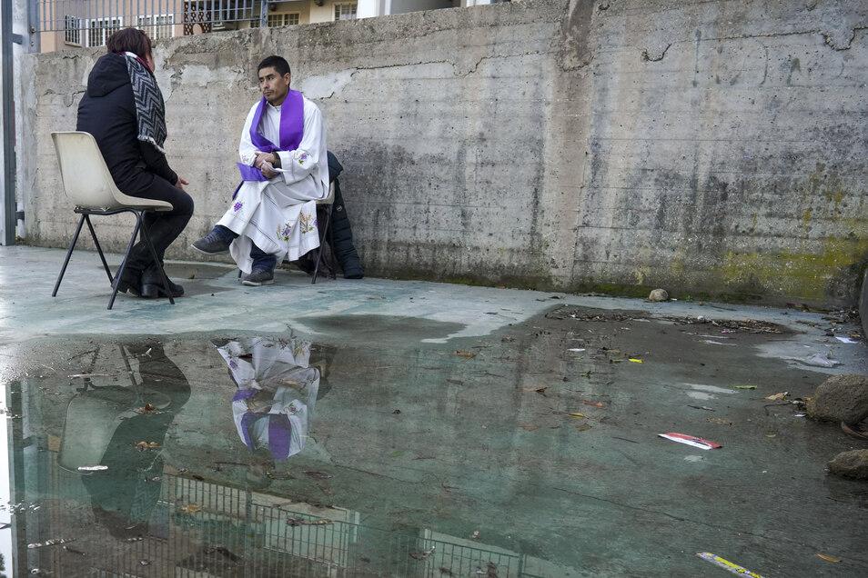 """Beichtstühle bieten keinen Infektionsschutz. Die katholische Kirche in Italien spendet das Bußsakrament nur noch im Freien. Das Bistum Dresden-Meißen hat seine Seelsorger dazu aufgerufen, die Beichte nur noch """"in Notlagen und mit äußerster Vorsicht"""" abzun"""