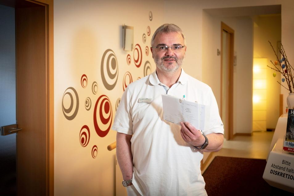 """Dr. Klaus Lorenzen gehört zu den sachsenweit 39 Ärzten, die in ihrer Praxis bereits jetzt die Corona-Schutzimpfung verabreichen dürfen. """"Um die Pandemie zu stoppen, muss viel mehr geimpft werden"""", sagt er."""