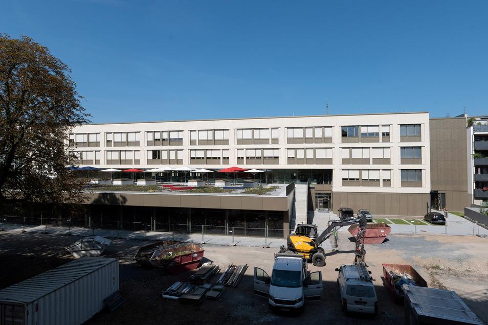 Vor der Schule wird noch gearbeitet, drin hat aber schon der Unterricht begonnen: Der Neubau für das Berufliche Schulzentrum für Wirtschaft in der Inneren Dresdner Neustadt ist fertig.