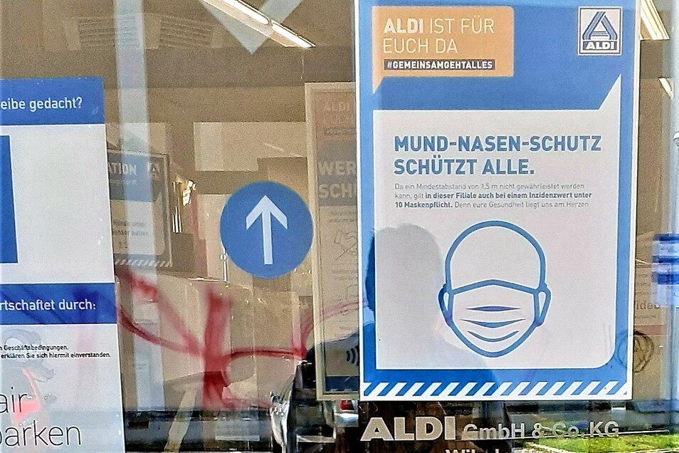 Abstand von 1,5 Metern nicht gewährleistet, deshalb Maske auch bei Inzidenz unter zehn. So steht es bei Aldi an der Emmerichstraße in Görlitz.