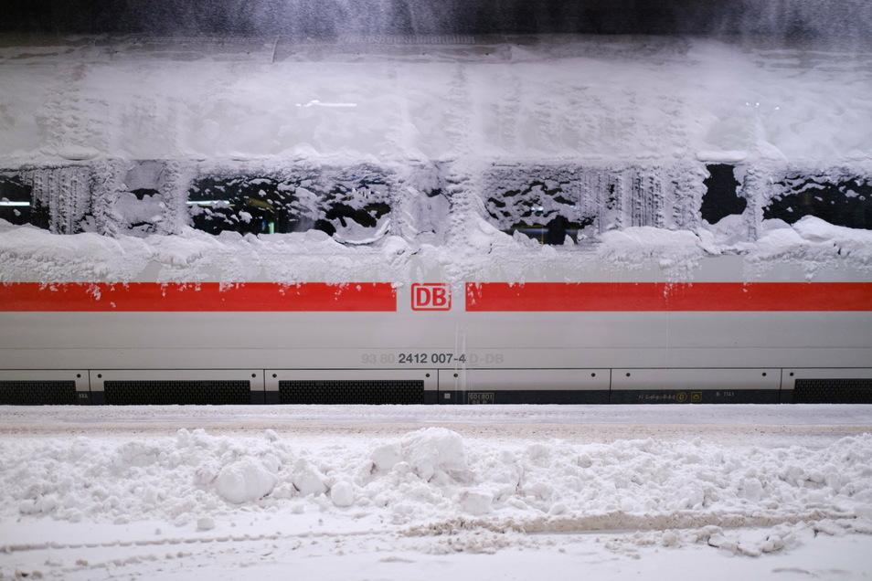 Nichts geht mehr. Der verschneite ICE im Hauptbahnhof von Hannover ist Sinnbild für die Verkehrslage in den vom Wintereinbruch am meisten betroffenen Gebieten.