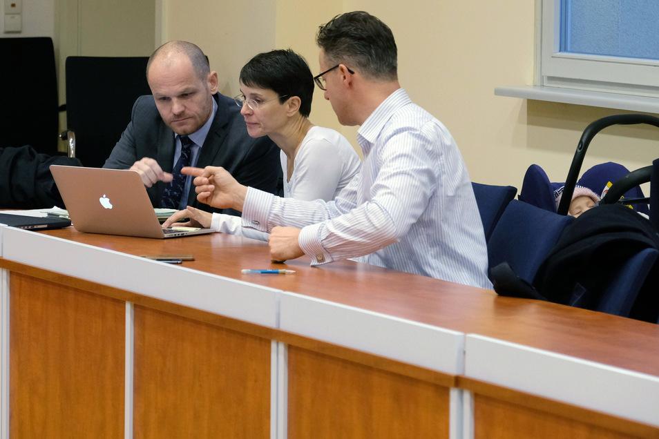 Karsten Brunzel (l-r), Rechtsanwalt, Frauke Petry, frühere AfD-Politikerin, und ihr Ehemann Marcus Prezell sitzen in einem Saal des Amtsgerichtes. Mit dabei - ihr Baby.