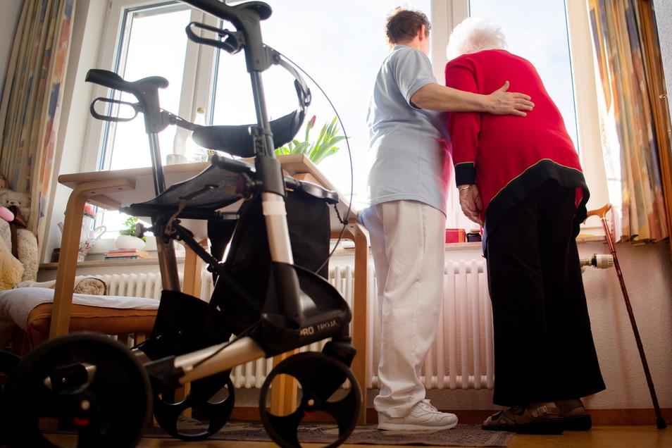 Wenn Pflegebedürftige oder ihre Angehörigen die Kosten für die Pflege nicht tragen können, springt das Sozialamt des Landkreises ein.