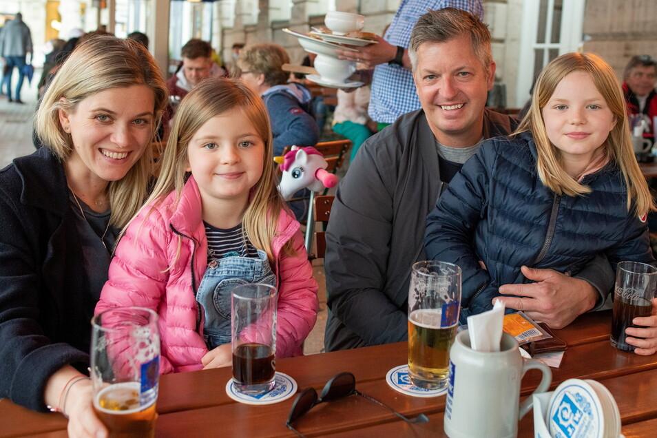 Julia und Björn Schreiber mit ihren Töchter Liv und Ella sind aus Düsseldorf zu Gast und freuen sich über die Öffnung in Leipzig.
