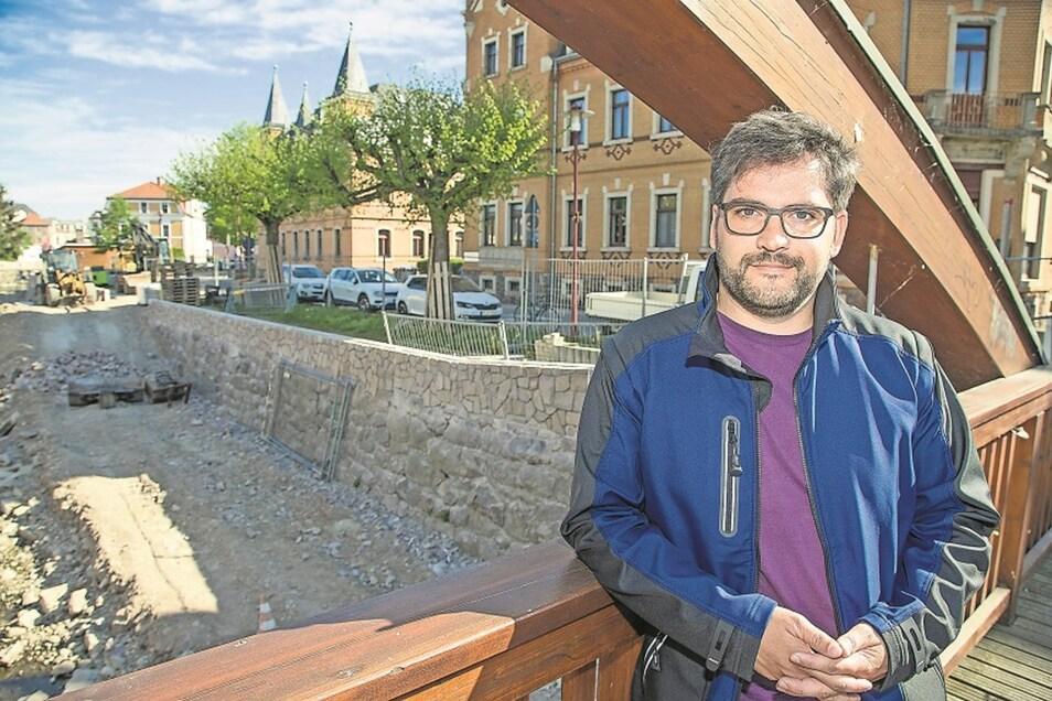 Christoph Rauch von der Landestalsperrenverwaltung leitet die Hochwasserschutzmaßnahmen in Freital. Im Hintergrund ist schon gut zu sehen, wie die Ufermauer erhöht wurde.