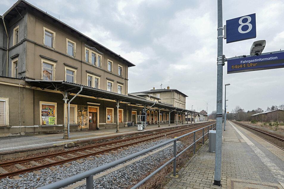 Bereits im März war das markante Bahnhofsgebäude in Wilthen in einem schlechten Zustand. Seit dem Verkauf hat sich daran offenbar nichts geändert.