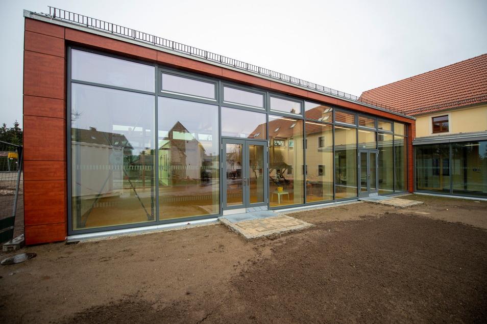 Die Glasfront des Neubaus zur Hofseite sorgt für viel Licht im Inneren des Neubaus. Davor soll eine Holzterrasse kommen. Auch an den Außenanlagen wird noch gearbeitet.