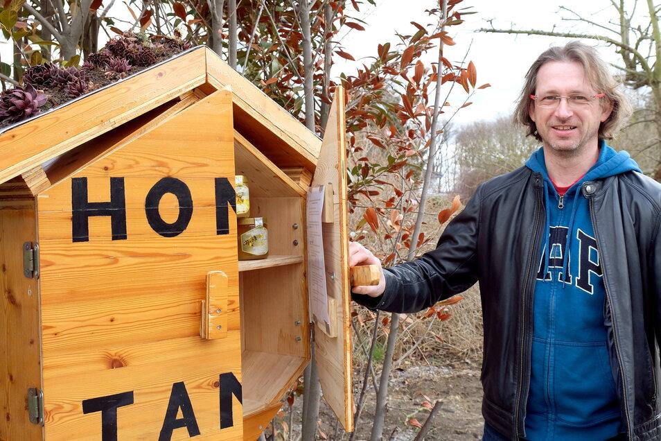 Tommy Ruhland ist zufrieden. Denn der Hobbyimker hat zu viel Honig und verkauft diesen jetzt am Straßenrand auf der Großenhainer Straße in Meißen.