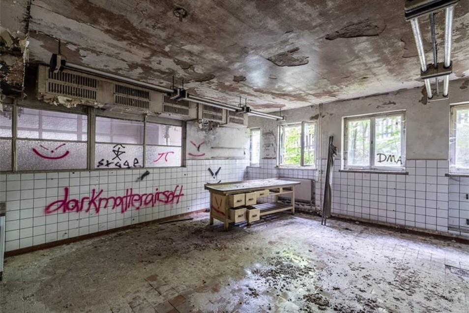 In der Großküche im Anbau zur Bergstraße wurde die Belegschaft des VEB Kunstblume bekocht. Reste der Einrichtung sind noch vorhanden.