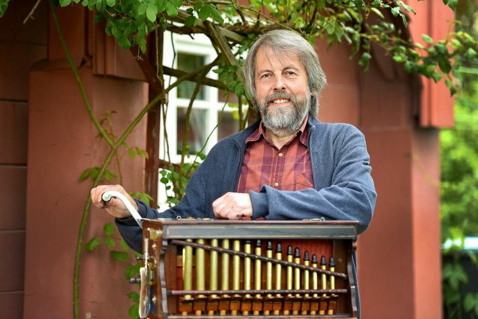 Steffen Neumann spielt für seine Nachbarn regelmäßig auf seiner Drehorgel. Auch für ihn bedeutete die Corona-Pandemie viele abgesagte Auftritte.