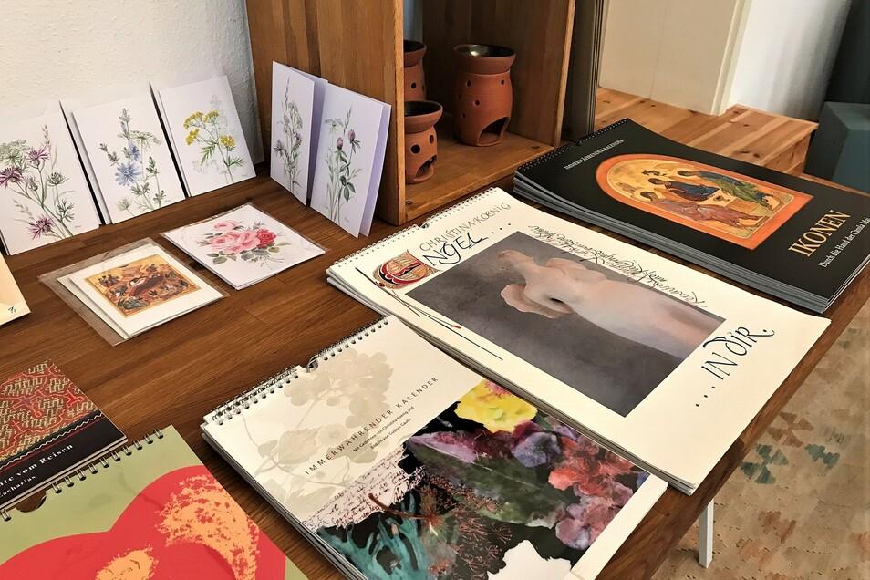 Die vielseitige Künstlerin schmückt auch Kalender mit Gedichten sowie kritischen Texten.