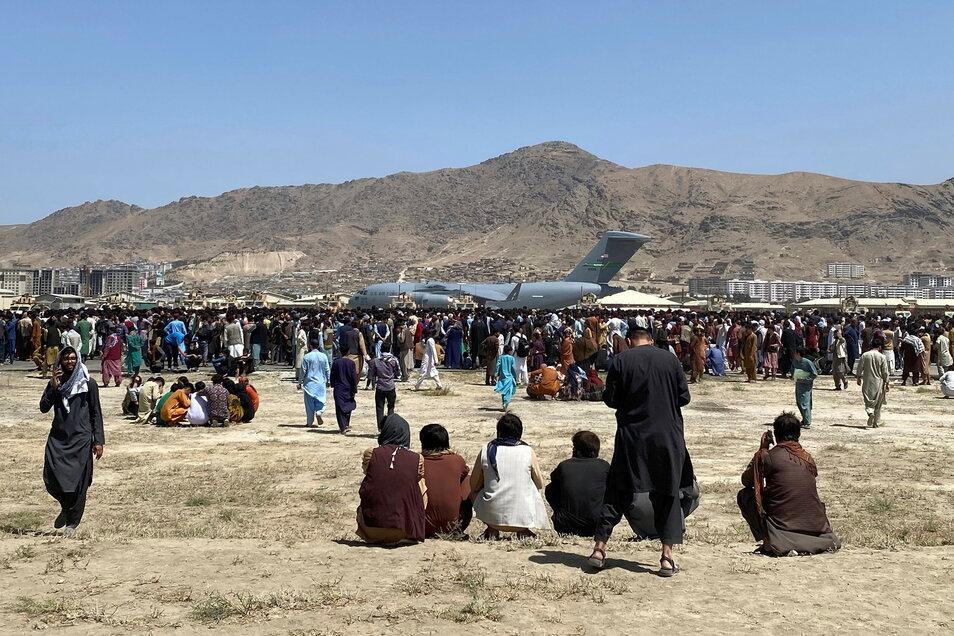 Tausende Menschen harren am Kabuler Flughafen aus - in der Hoffnung, vor den Taliban fliehen zu können.