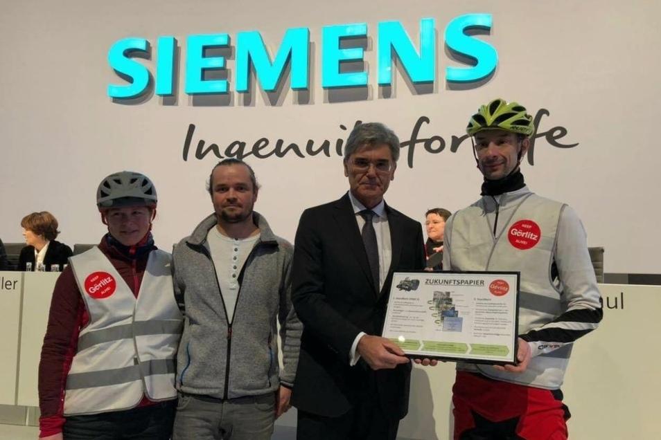 Christoph Scholze (zweiter von links) in München bei der Übergabe des Zukunftspapiers der Görlitzer Siemensianer an Joe Kaeser (zweiter von rechts).