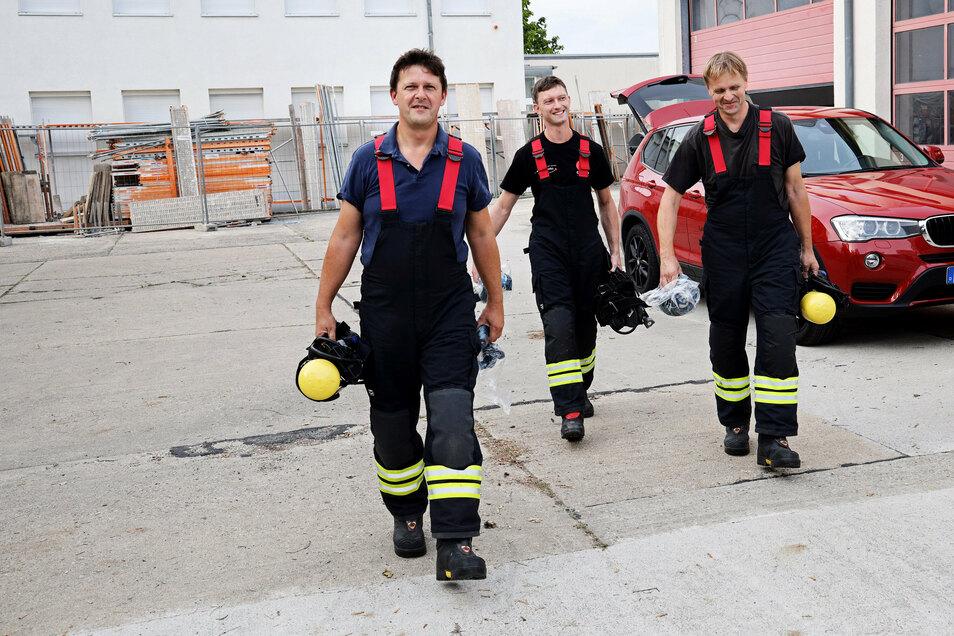 SZ-Redakteur Jörg Richter (links) geht sicherlich auch im nächsten Jahr wieder mit seinen Glaubitzer Kameraden in den Brandübungscontainer. Diesmal war er mit seinem Bruder Ralph Richter (rechts) und Franz Lupprian (Mitte) drin.