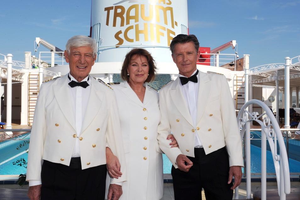 Die Schauspieler Siegfried Rauch (l-r, als Kapitän Paulsen), Heide Keller (als Chefstewardess Beatrice) und Nick Wilder (als Schiffsarzt Dr. Sander) im Jahr 2011.