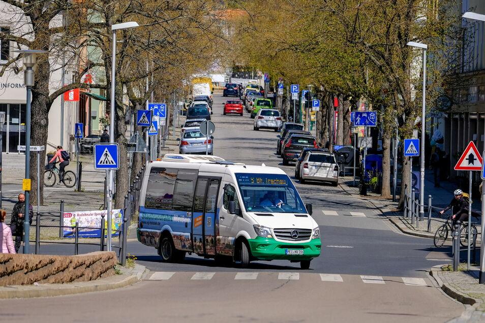 Der Sprinter fährt seit Dezember 2018 zwischen Kötzschenbroda und Dresden-Trachau. In Radebeul-Ost nimmt er in beide Richtungen die Kurve von Pestalozzistraße und Hauptstraße zur Brücke über die Eisenbahnstrecke.